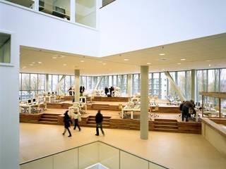 por Liag Architecten en Bouwadviseurs Moderno