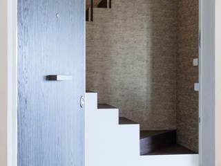 Eclectic style corridor, hallway & stairs by Plastudio Eclectic