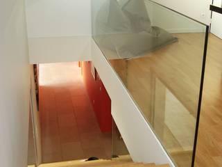 Escaliers avec garde corps en verre trempé: Couloir, entrée, escaliers de style  par Atelier Roussot