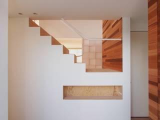 CACCO イシウエヨシヒロ建築設計事務所 YIA Pasillos, vestíbulos y escaleras modernos Madera Blanco