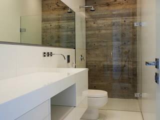 Badezimmer von Marcos Bertoldi, Modern