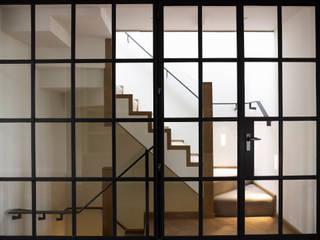 Corridor & hallway by DO Design Studio, Classic