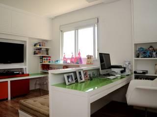 Apartamento Alto de Pinheiros (villa lobos): 450m2: Quarto de crianças  por Viviane Dinamarco Design de Interiores ,