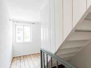 Klasyczny korytarz, przedpokój i schody od homify Klasyczny