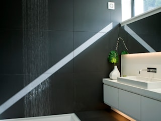 Hill House: modern Bathroom by Lipton Plant Architects