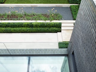 A Brick and a Half house:  Garden by Lipton Plant Architects