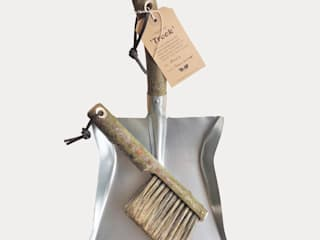 Natural Bark Trook Dustpan & brush: rustic  by Fate London, Rustic