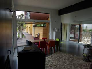 Le séjour, vue vers la terrasse sud Maisons modernes par Atelier d'Architecture Marc Lafagne, architecte dplg Moderne