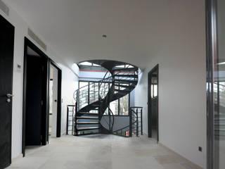 Villa Montsouris.  Hall du 2éme étage. Atelier Morales 2014: Maisons de style de style Moderne par Atelier Morales