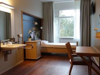 GERIATRISCH REVALIDATIECENTRUM, AMSTERDAM:  Gezondheidscentra door INPLUS INTERIEURARCHITECTUUR, Modern