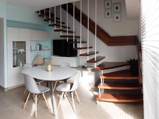 Pasillos, vestíbulos y escaleras de estilo moderno de PEANUT DESIGN STUDIO Moderno