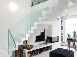 Vestíbulos, pasillos y escaleras de estilo  de Thomaseth