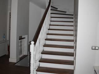 Öztek Mimarlık Restorasyon İnşaat Mühendislik Corridor, hallway & stairsStairs Gỗ White