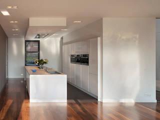 VAN ROOIJEN ARCHITECTEN Minimalist kitchen Plastic White