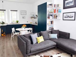 bright & airy flat : hoxton Moderne woonkamers van Cassidy Hughes Interior Design Modern