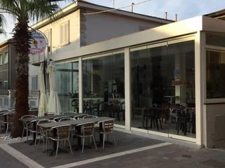 Vetrate panoramiche sospese Negozi & Locali commerciali in stile mediterraneo di VIVERE IL FUORI Mediterraneo