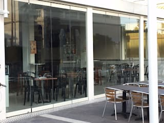 Vetrate panoramiche sospese Bar & Club in stile minimalista di VIVERE IL FUORI Minimalista