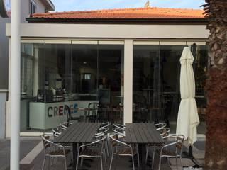 Vetrate panoramiche sospese Bar & Club moderni di VIVERE IL FUORI Moderno