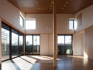 さんかくテラスの家: 株式会社Fit建築設計事務所が手掛けたリビングです。