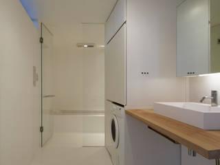 水まわりはFRPに包まれて ミニマルスタイルの お風呂・バスルーム の TNdesign一級建築士事務所 ミニマル