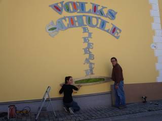 """Schriftzug Außenfassade """"Volksschule Biberbach"""":   von Ywona e.U."""