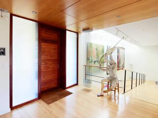Hoz Fontan Arquitectos Modern corridor, hallway & stairs
