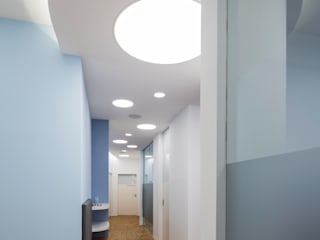 Cliniche moderne di 4plus5 Moderno
