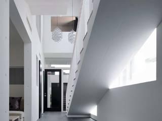 Nowoczesny korytarz, przedpokój i schody od 半谷彰英建築設計事務所/Akihide Hanya Architect & Associates Nowoczesny