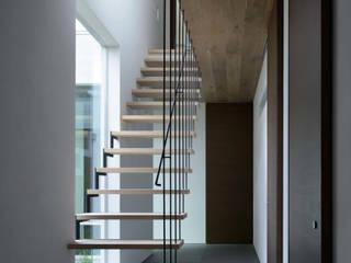 Industrialny korytarz, przedpokój i schody od 半谷彰英建築設計事務所/Akihide Hanya Architect & Associates Industrialny