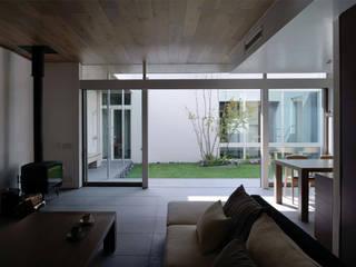 Nowoczesny salon od 半谷彰英建築設計事務所/Akihide Hanya Architect & Associates Nowoczesny