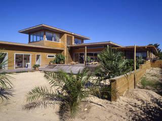 Une maison dans le sable.:  de style  par Christian Larroque