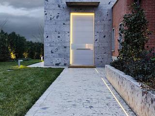 Puertas principales de estilo  por Matteo Gattoni - Architetto