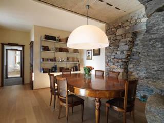 Ristrutturazione di una cascina sul Lago Maggiore:  in stile  di ELENA BERTINOTTI, DA-A Architetti