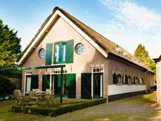 Monumentale langhuisboerderij 'Het Zwanenburg': landelijke Huizen door OTH architecten