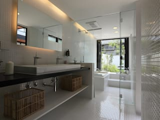 House with the bath of bird: Sakurayama-Architect-Designが手掛けた浴室です。,