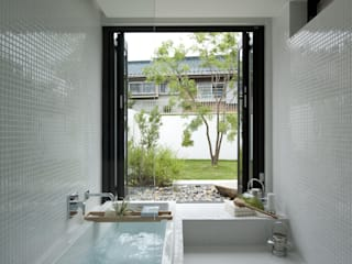 House with the bath of bird: Sakurayama-Architect-Designが手掛けた浴室です。