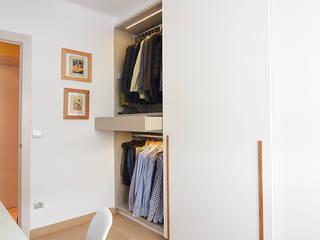 Vestidor con zona de costura. Vestidores de estilo moderno de Trestrastos Moderno