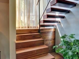 BOOK ESCALIER Couloir, entrée, escaliers classiques par Agence Al Dentro / Adélia Verdiel Classique