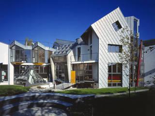 il tetrino e gli spazi del giardino comune: Case in stile  di RoccAtelier Associati