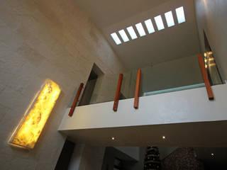 Pasillos, vestíbulos y escaleras de estilo minimalista de axg arquitectos Minimalista