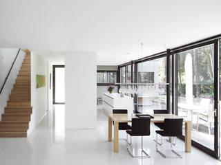 Haus W: moderne Esszimmer von THOMAS BEYER ARCHITEKTEN