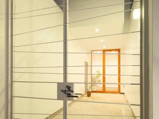 Trapezium House: Kichi Architectural Designが手掛けた廊下 & 玄関です。