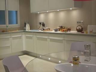 Rénovation partielle d'un appartement haussmanien: Cuisine de style  par Architectures²
