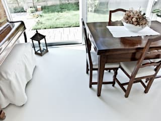 pavimentazione civile in resina: Pareti & Pavimenti in stile in stile Moderno di Resin Floor srl