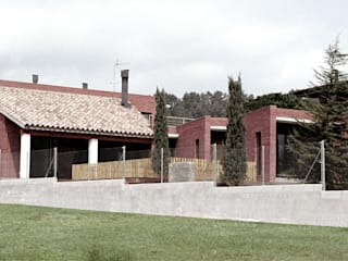 Single family house in Begues 모던스타일 주택 by FG ARQUITECTES 모던