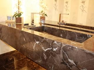 Leles Arquitetura e Iluminaçãoが手掛けた浴室, モダン