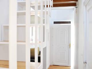 Reforma integral. La casa de la abuela: Pasillos y vestíbulos de estilo  de Estudio de Arquitectura Sra.Farnsworth