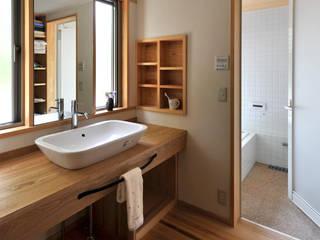 足利の家「素材と景色を楽しむ家」: アトリエきらら一級建築士事務所が手掛けた浴室です。,