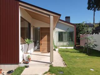 庭と暮らす家 オリジナルな 家 の INADE architects オリジナル