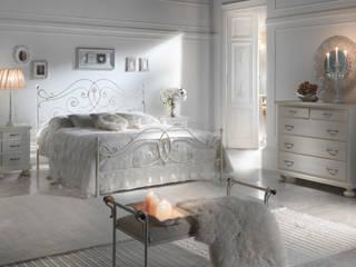 Letto Giulia: Camera da letto in stile  di Ferrari Arredo & Design